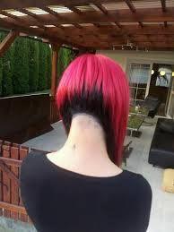 Deze foto heeft ook een verftechniek. Deze vrouw heeft op het bovenstuk van het haar helemaal roze. deze verftechniek noemen we bovengang.