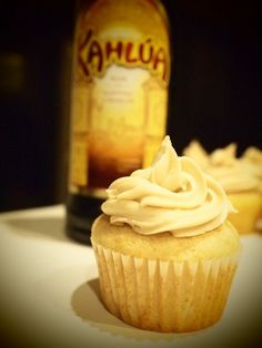 i love white russians! White Russian Alcoholic Cupcakes - a friend made these the other day and they were delicious! Alcoholic Cupcakes, Alcoholic Desserts, Köstliche Desserts, Delicious Desserts, Yummy Food, Drunken Cupcakes, Cupcakes With Alcohol, Liquor Cupcakes, Kahlua Cupcakes