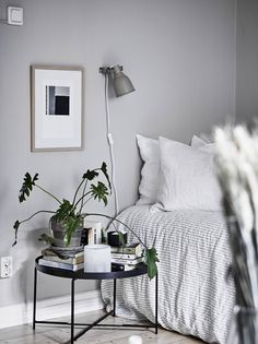 Yesterday I showed you a majestic apartment in Stockholm, which was very inspiring, but I find it just as inspiring to see a cozy one room apartment that is decorated in a smart way so it feels spacious and cozy. Minimalist Bedroom, Minimalist Decor, Modern Bedroom, Minimalist Poster, Minimalist Living, White Bedrooms, Contemporary Bedroom, Master Bedrooms, Modern Contemporary
