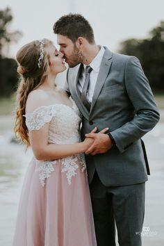 Suknia ślubna - jaka ona jest? Autorska, delikatna, lekka, z niepowtarzalnym haftem i co najważniejsze jedyna w swoim rodzaju we Wrocławiu. I właśnie ta sukienka znalazła już swoją Pannę Młodą!👸😘 . . #atelier_tesoro #suknia #sukniaślubna #suknianazamówenie #lovestory #zareczyny #slub2018 #weddingdress #bride #narzeczona #koronka #pannamloda #wesele #atelier #weselezklasa #dress #wroclaw #poland #slubnynieporadnik #slubnaglowie