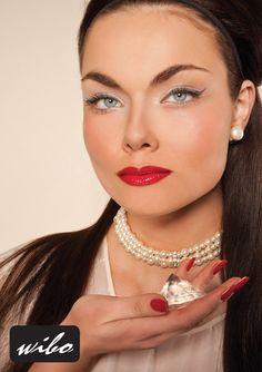 Specjalnie pod tę kolekcję został przygotowany makijaż inspirowany  kobietami,  które są pewne siebie, uwielbiają błyszczeć i uwodzić makijażem. Limitowana stylizacja o wyjątkowej kolorystyce cieni i migoczących maskar do rzęs. Kosmetyki wchodzące w skład kolekcji Glamour Diva będą niezbędne by olśnić wszystkich na wieczornym wyjściu.