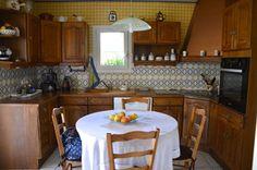 peindre des meubles en bois vernis dans la cuisine