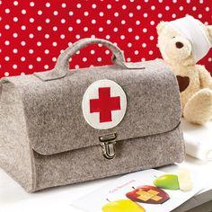 Alles was der angehende Medizinstudent so braucht... eine Arzttasche fürs Kinderzimmer könnte kaum schöner sein als diese! Jedes einzelne Stück wir...