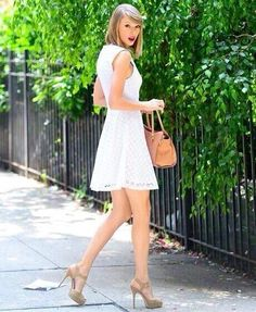 this looks like a photoshoot taylor is flawless