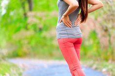 La base de la espalda es un complejo entramado de tejidos interconectados que son muy sensibles al movimiento. Cualquier irritación de los mismos puede derivar en distensión muscular e inflamación. Muy posiblemente hayas experimentado alguna vez un fuerte y molesto dolor en la parte baja de la espalda, el área lumbar, durante uno o varios días; es un problema muy común y se conoce como lumbalgia, o lumbago. Su sintomatología se puede presentar entre los 25 y los 65 años por múltiples causas…