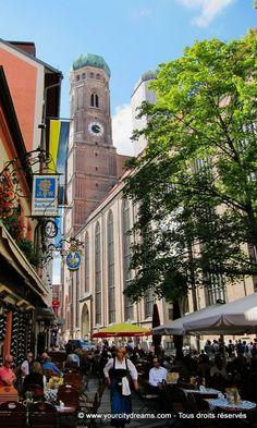 La Frauenkirche, cathédrale de Munich (Bavière), entourée de nombreux cafés et restaurants - Churh in München, Bavaria - Frauenkirche in München, Bayern - https://www.yourcitydreams.com/centre-de-munich-a-pied/ - #voyageculturel #Allemagne