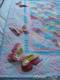 The Nifty Stitcher: Snow Dyed Quilt -Butterflies. Quilt Boarders, Quilt Blocks, Baby Girl Quilts, Girls Quilts, 3d Quilts, Applique Quilts, Quilting Projects, Quilting Designs, Fidget Quilt