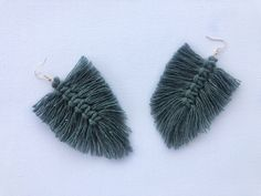 This video tutorial teaches you how to make quick and easy macrame feather earrings. Macrame Earrings, Feather Earrings, Diy Earrings, Bespoke, Make It Yourself, How To Make, Accessories, Jewelry, Jewlery