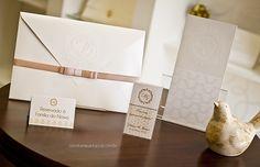 A papelaria foi inteiramente personalizada com o brasão exclusivo dos noivos.