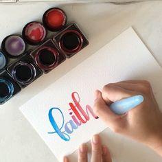handlettering met ecoline en een vulbaar penseel. in het penseel doe je water, waardoor je de kleuren lichter maakt.