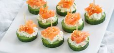 Smoked Salmon Tartare - a delicious easy elegant appetizer recipe that takes 10 minutes to make! Serve with rice crackers and cucumber rounds. Canapes Salmon, Smoked Salmon Appetizer, Salmon Tartare, Snacks Für Party, Appetizers For Party, Appetizer Recipes, Clean Eating Snacks, Healthy Snacks, Tapas
