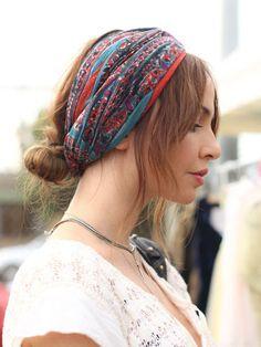 シンプルなお団子ヘアも、顔周りの髪の毛を適度に巻いて残すだけで、雰囲気が生まれます。 ターバンの色合いも素敵ですね♪