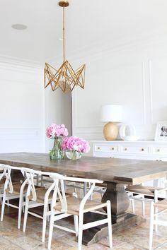 Comedor de mesa rustica y sillas sencillas. #blanco #madera #mesa