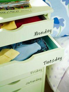 Ordinare i vestiti dei bambini in cassetti etichettati con i giorni della settimana.