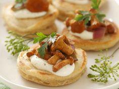 Mini-Pfannkuchen mit Schmand und Pfifferlingen ist ein Rezept mit frischen Zutaten aus der Kategorie Pancakes. Probieren Sie dieses und weitere Rezepte von EAT SMARTER!