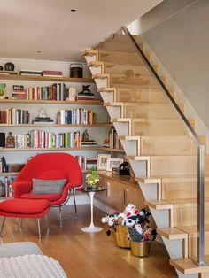 Biblioteca ou escritório embaixo das escadas. Fotografia: www.decorfacil.com