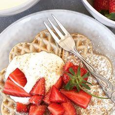 Buttermilch Herzwaffeln mit LAND-LEBEN Vollkorn Brösel Tableware, Buttermilk Recipes, Fluffy Waffles, Waffle Iron, Fresh Fruit, Strawberries, Dinnerware, Tablewares, Dishes