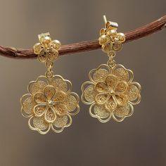 Bañado de filigrana hechos a mano cuelgan los pendientes de la flor de oro - Yellow Rose | NOVICA