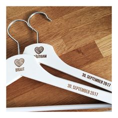 Kleiderbügel Set zur Hochzeit mit individueller Gravur selbst gestalten Perfect for weddings – our hangers with engraving! Ideal for the bride or groom as a gift or, of course, for the groomsman or maid of honor ❤ Wedding Gifts For Bride, Custom Wedding Gifts, Bride Gifts, Italian Wedding Invitations, Nautical Wedding Invitations, Best Bridesmaid Gifts, Wedding Bridesmaids, Anchor Wedding, Personalized Makeup Bags