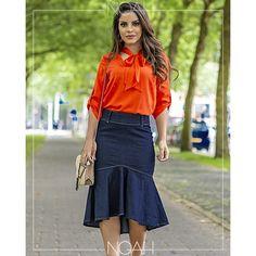 70a5ea102752 Conjunto saia midi jeans e blusinha laranja Blusa Laranja, Jeans Escuro, Saias  Jeans,