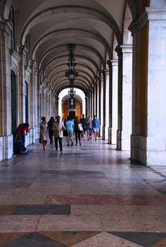 Sous les arcades de la place do Comercio. http://wp.me/p3Y6sE-kE