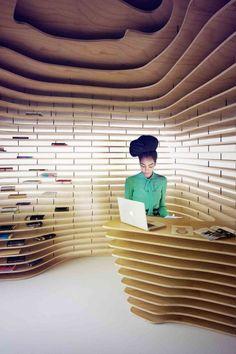 Custore Pavilion / Anna Dobek + Mateusz Wojcicki Interesante manera de decorar un interior que a su vez sirve para colocar los productos que se van a ofrecer. A parte me encanta la madera y el efecto que hace este tipo de diseños.