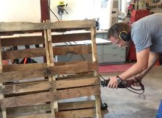 Everything you need to know to choose a good pallet for your next pallet project, plus how to easily take apart a pallet in under 10 minutes!