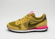 Nike Wmns Internationalist (Peat Moss / Olive Flak - Digital Pink)