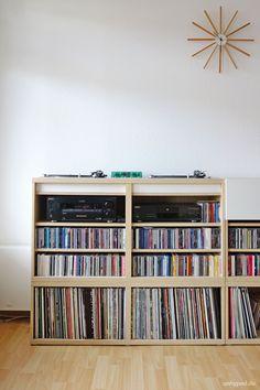 DIY Möbel für zwei Plattenspieler, Mischpult und Stereoanlage aus Teilen der Ikea Besta-Serie.        Filed under: DJ Table - Shelf - Desk - Möbel - Pult - Regal - Ikea - Besta - Hack - Expedit-Alternative - Technics 1210 - Turntable - Plattenspieler