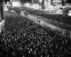 Stunning Photos Show 90 Years Of New Year's Eve In Times Square Old Photos, Vintage Photos, New Year's Eve Times Square, Metlife Building, Pictures Of America, New Year's Eve Celebrations, Washington Square Park, Today In History, Coney Island