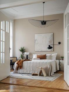 VERTIGO de @petitefriture est une «lampe cabane» selon les termes mêmes de son designer; à la fois aérienne et graphique, elle s'adapte aux grands volumes comme aux petits, où elle recrée un espace propre et intime. Visiter notre site web pour plus de détails. Dream Bedroom, Home Bedroom, Bedroom Decor, Bedroom Lighting, Bedroom Ideas, Modern Rustic Bedrooms, Bedroom Rustic, My New Room, Cheap Home Decor