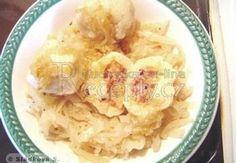 Den předem uvaříme brambory ve slupce a oloupeme je. Před přípravou je jemně nastrouháme, přidáme mouku, krupici, veje, sůl a krátce rozpracujeme v hl...