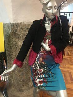JUST CAVALLI Kleid mit schwarzer Cashmerjacke verbrämt mit Indischem Lamm Elegant, Women Wear, Fictional Characters, Fashion, La Mode, Lamb, Black Man, Indian, Fur