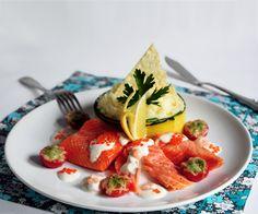 Филе лосося с картофельным пюре в цуккини, креветочным соусом и помидорами черри под песто.