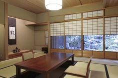 What a beautiful Japanese style...!  リビングに続く10帖の和室。庭の眺めが素晴らしい。