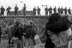 Un grupo de jóvenes celebran la caída del muro de Berlín. 1989