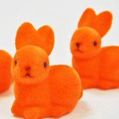 Petits lapins flockés orange (x3)
