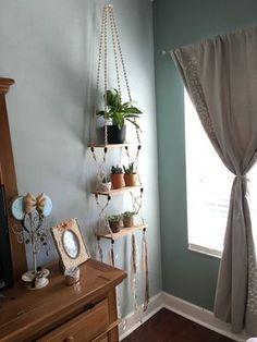 Handmade bohemian Macrame and Cedar Hanging Shelf von EarthTonix