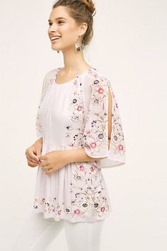 Style Fashion Tips Garden Border Blouse.Style Fashion Tips Garden Border Blouse Chic Outfits, Fashion Outfits, Womens Fashion, Fashion Trends, Trending Fashion, Floral Tops, Floral Tunic, Sewing Blouses, Elegant Outfit