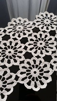 Nueva hermosas flores grandes blanco crochet camino de mesa. Hecho de un tamaño de hilo muy fino de algodón 100% mercerizado 15. Será hermosa decoración en su hogar, dando un aspecto elegante y delicado para cualquier mesa. Lavar a mano en agua tibia. Se debe estirar para