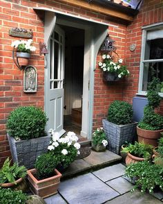 Front Garden Decor Ideas- Enhance Your Front Entrance With These ideas! Garden Spaces, Cottage Garden, Front Yard Landscaping, Front Porch Decorating, Front Garden, Small Gardens, Cottage Garden Design, Cottage Front Doors, Garden Containers