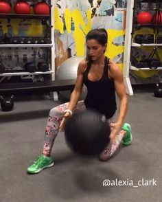 """5,198 tykkäystä, 111 kommenttia - Alexia Clark (@alexia_clark) Instagramissa: """"Med Ball Blitz 🙌🏼🙌🏼 All you need is a med ball to rock your body on this circuit! Exercise 1: 10…"""""""