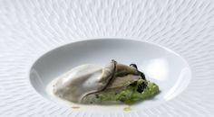 Ostra valenciana con aguacate y horchata de galanga. #gastronomía #cocina #EstrellaMichelin #RicardCamarena
