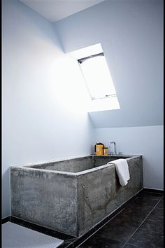 This amazing Concrete Bathtub makes a real statement. The rawness of the concrete compared to the modern decor makes the tub the main emphasis of the bathroom. Beton Design, Concrete Design, Diy Concrete, White Concrete, Concrete Projects, Concrete Planters, Bathroom Inspiration, Interior Inspiration, Bathroom Ideas