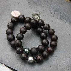 Bracelet perle de Tahiti & graines noires