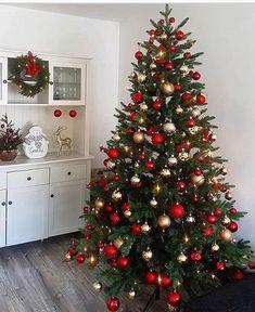 Rose Gold Christmas Decorations, Elegant Christmas Trees, Red And Gold Christmas Tree, Christmas Tree Design, Christmas Tree Themes, Christmas Mood, Noel Christmas, Christmas Tree Decorations, Christmas Lights