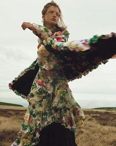 Harpers-Bazaar-Czech-December-2017-Kristin-Drab-Martyna-Andreas-Ortner-2.jpg