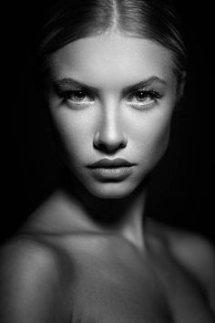 Moody Portrait of a Blonde Girl Studio Portrait Photography, Portrait Studio, Photographie Portrait Inspiration, Photo Portrait, Face Photography, Beauty Portrait, Dramatic Photography, Dark Portrait, Female Portrait Poses