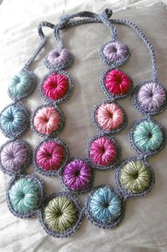 Ideas for crochet bracelet patterns free hooks Crochet Necklace Pattern, Knitted Necklace, Crochet Earrings, Diy Necklace, Collar Necklace, Necklace Holder, Textile Jewelry, Fabric Jewelry, Jewelry Art