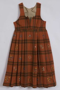 """Checkered evening gown with ullgarnsbroderi in squares on the stack. The stack is folded added with a broad midtfold and folding laid backward. Life has narrow straps and deep neckline, and closed with four metal loops and hooks at the bottom. In the transition between the stack and lives on the left side, there is a flap ( """"spong""""), which covers a small slit. It attaches by two metal hooks in the flap hooked to two tråhemper. . Folk Costume, Costumes, Folk Fashion, Historical Costume, Evening Gowns, Norway, Squares, Frozen, Tights"""